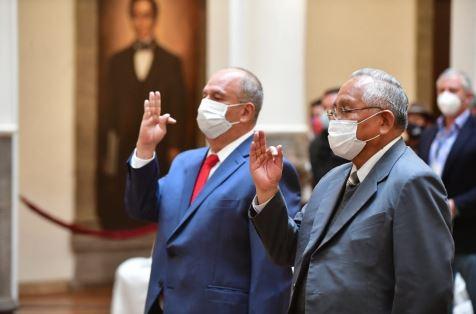 Añez desafía al legislativo y posesiona nuevamente a Murillo y Cárdenas como ministros de Gobierno y de Educación