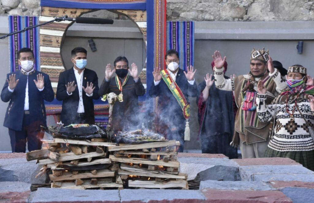 Ceremonia ancestral y ofrenda a la Pachamama abren la celebración del Día del Estado Plurinacional